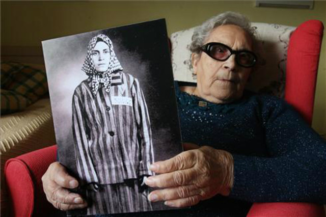 neus-catala-una-imagen-2013-sosteniendo-retrato-prisionera-1414488872477
